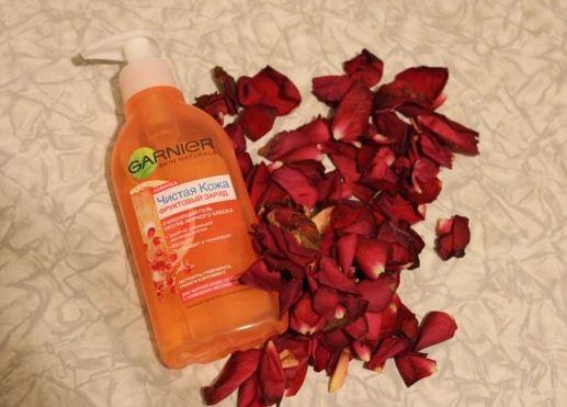 Gel rua mat Garnier Fruit tinh chat Vitamin C chiet xuat hoa qua xoa khiem khuyet mụn ,vet tham, loai bo bong dau2
